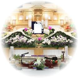 祭壇を豪華にするなら、生花のみを使用する