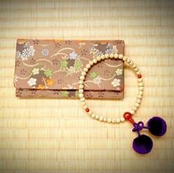 畳に置かれた数珠と袱紗